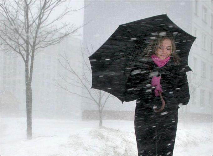 У неділю в Україні: ожеледиця на дорогах, сильний вітер і снігопади
