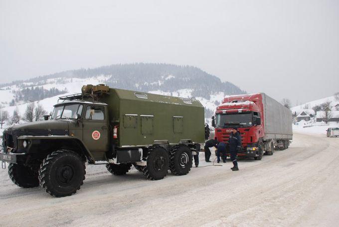 На Львівщині рятувальники допомагають водіям на дорозі