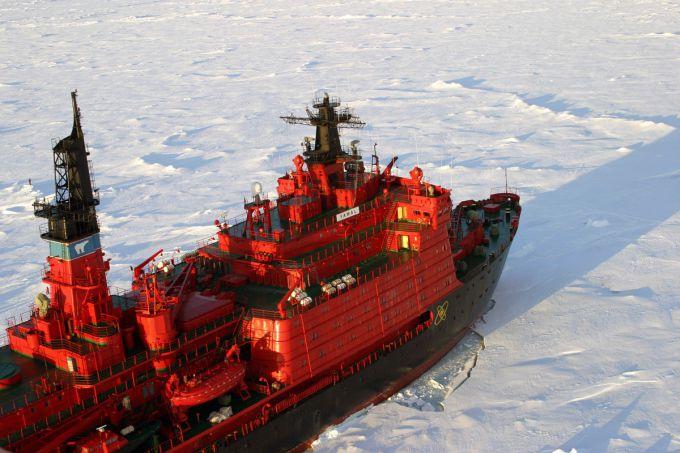 На Дунаї корабель з екіпажем потрапив в льодовий полон