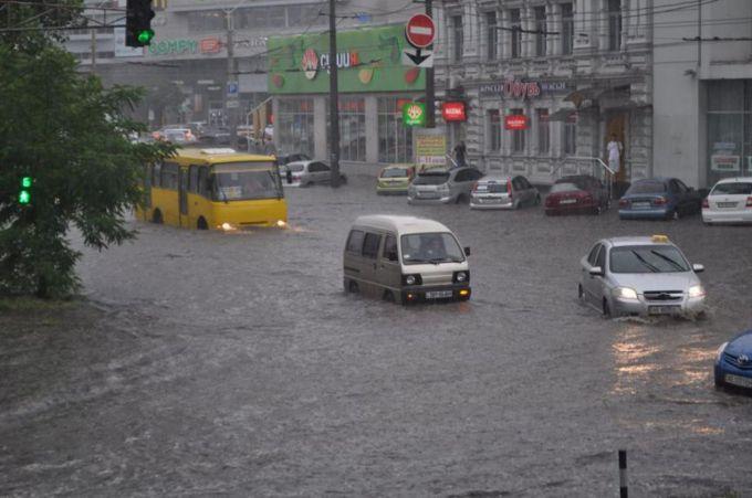 Дніпро затопила сильна злива (ФОТО)