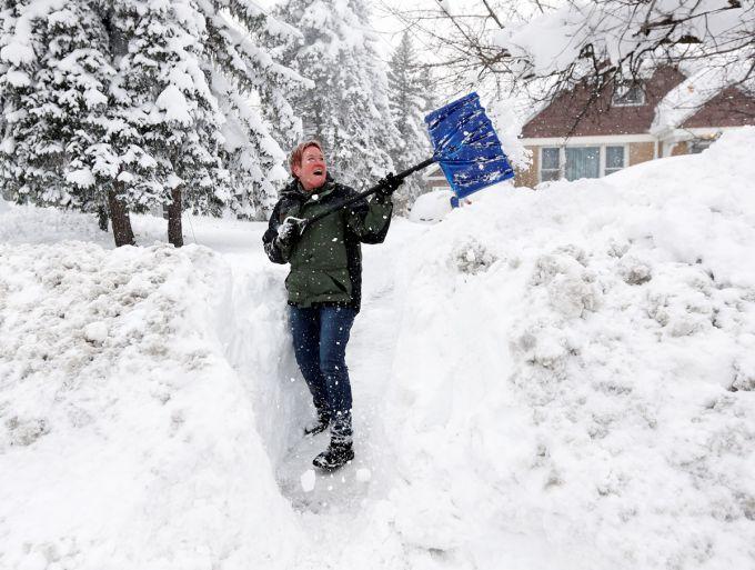 Сніговий шторм в США: люди відкопують свої будинки і машини (ВІДЕО)