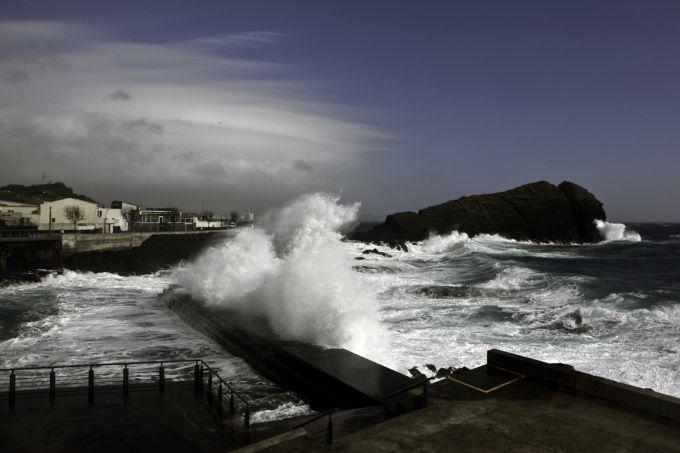 9-ти метрові хвилі накрили Азорські острови (ФОТО)