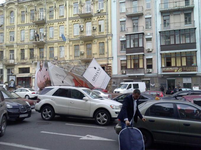 Ураган у Києві зносив дахи і валив дерева (ВІДЕО)