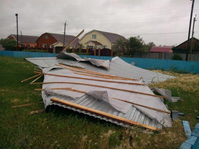 Ураган пройшовся Україною: знесено дахи, повалено дерева