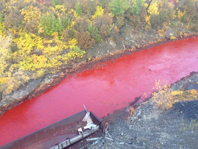 У Сибірі одна з річок набула червоного кольору (ФОТО)