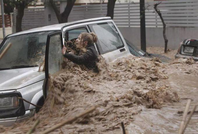 Під час повені у Греції загинула людина (ВІДЕО)