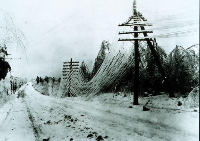 В Україні через сніг та вітер десятки сіл залишились без світла