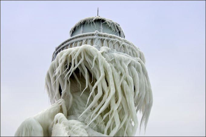 Фантастичний обледенілий маяк на озері Мічиган (ФОТО)