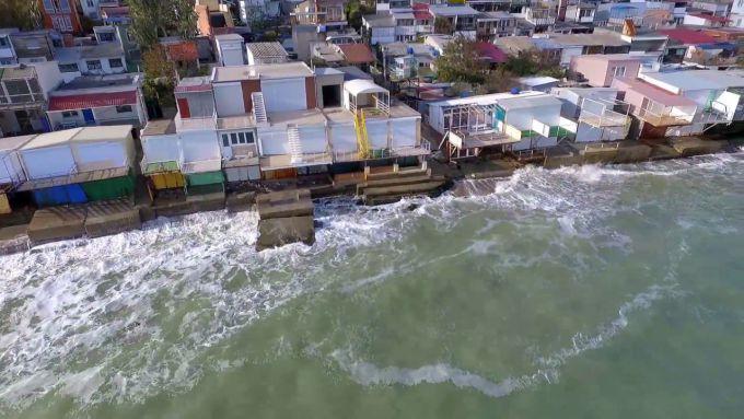 Зсув у Чорноморську зруйнував кілька елітних будинків (ВІДЕО)