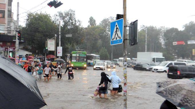 У Криму внаслідок повені ряд міст залишився без світла (ВІДЕО)