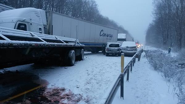 18 машин зіткнулися на засніженій дорозі в штаті Пенсільванія: 3 загиблих, 30 поранених