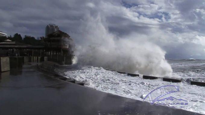У Сочі сильний шторм затопив перші поверхи готелів і елітних будинків (ВІДЕО)