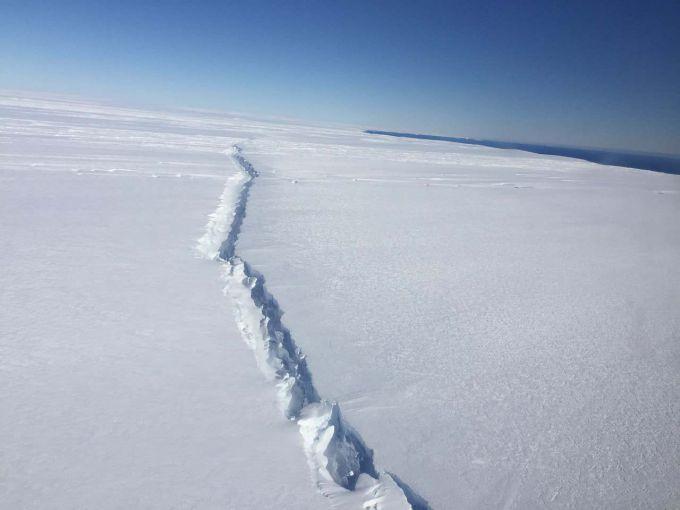 Льодовик Антарктиди розколола гігантська тріщина (ВІДЕО)