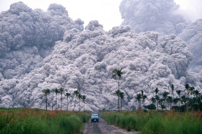 У районі виверження вулкана пропали 13 туристів