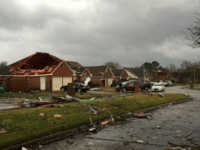 Буря позривала дахи будинків на Івано-Франківщині (ФОТО)