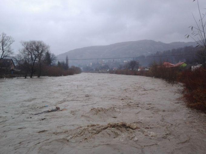 У річках Закарпаття вода піднялася на 1,5 метра, люди готуються до повені (ФОТО)