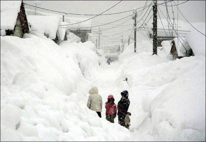 Снігопад на заході Японії паралізував рух транспорту (відео)