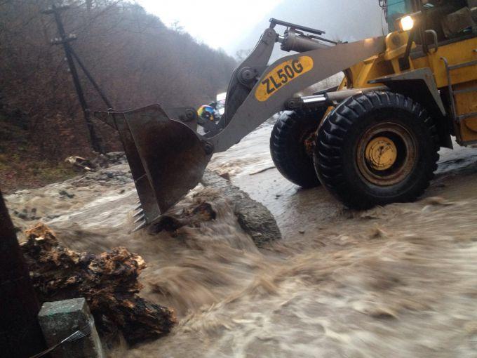 Повінь у Мукачеві затопила дитячі майданчики (ВІДЕО)