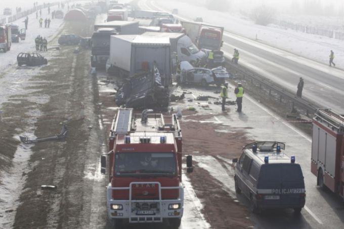 Через сильний туман у Польщі зіткнулися понад 70 автомобілів (ФОТО,ВІДЕО)