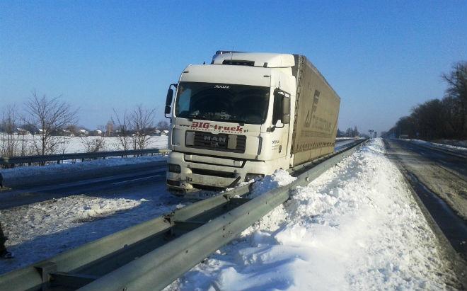 На Чернігівщині в снігових заметах стоять вантажівки
