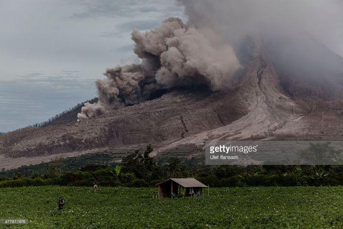 Вулкан Синабунг продовжує небезпечне виверження (ФОТО)