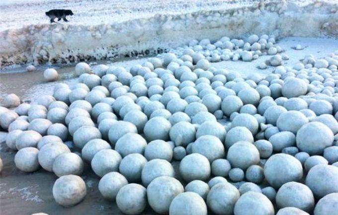 У Росії берег річки всипало незвичайними крижаними кулями (ФОТО)