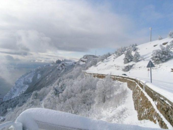 Погодний апокаліпсис в Криму: сніг, лавини, падаючі дерева, шторм (ВІДЕО)