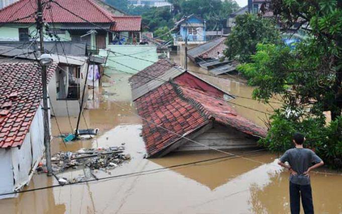 В Індонезії 96 сіл пішло під воду під час повеней (ВІДЕО)