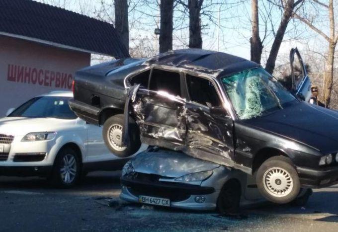 ДТП: водій BMW залетів на Peugeot