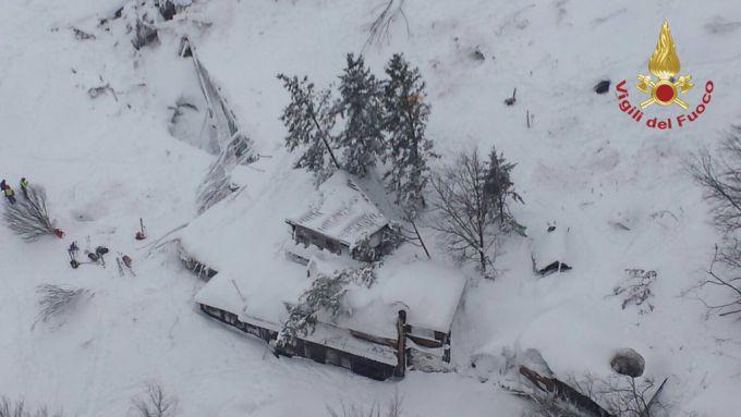 Рятувальники виявили вцілілих в готелі Італії, який накрила лавина