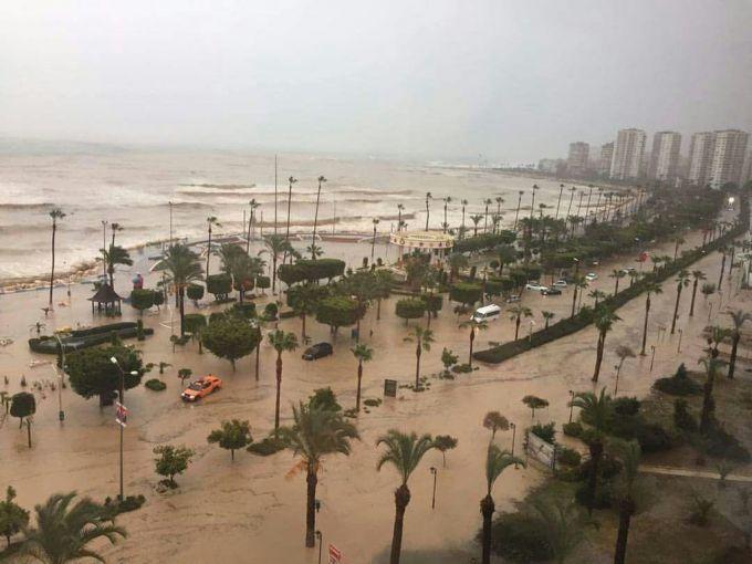 Сильні дощі та високі хвилі викликали повінь в Туреччині (ФОТО,ВІДЕО)