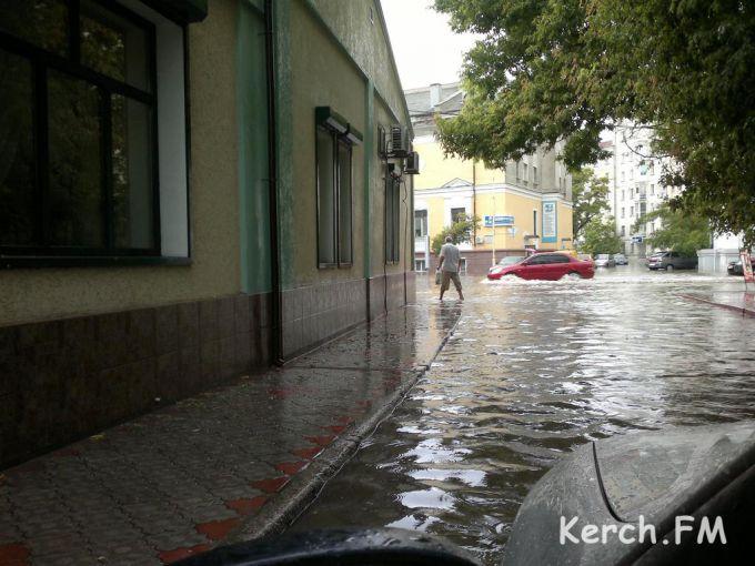 У Криму зливи перетворили в річки вулиці Керчі (ВІДЕО)