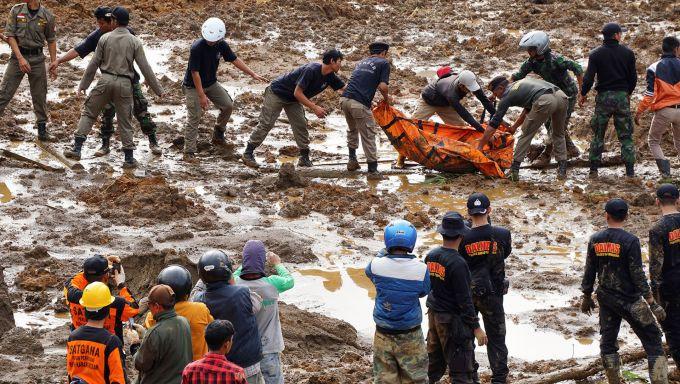 В Індонезії під зсувами гинуть люди