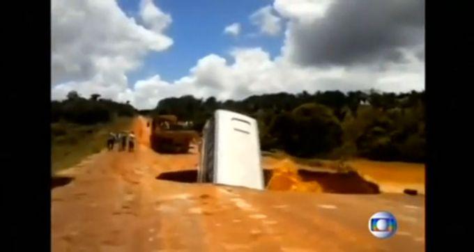 В Бразилії через сильні паводки пішов під воду автобус (ВІДЕО)