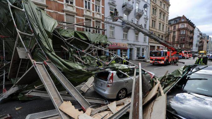 В Європі шторм зламав бетонні стіни
