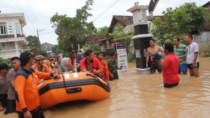 Повінь і зсуви в Індонезії забрали життя 5 людей (ВІДЕО)
