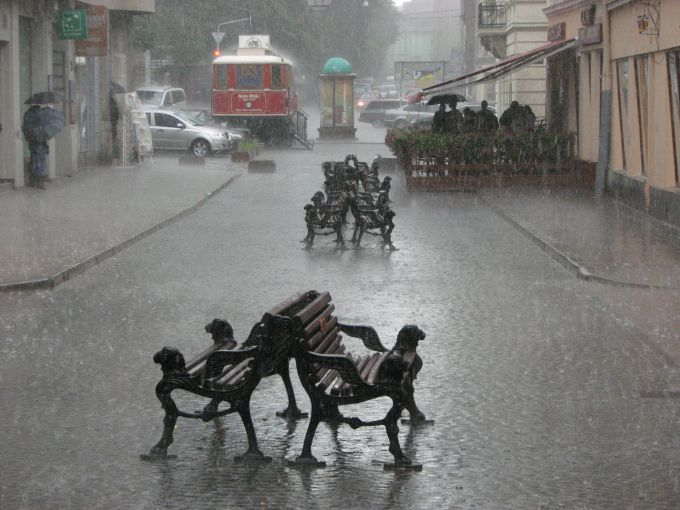 У смітті і воді: сильні дощі затопили Львів (ВІДЕО)