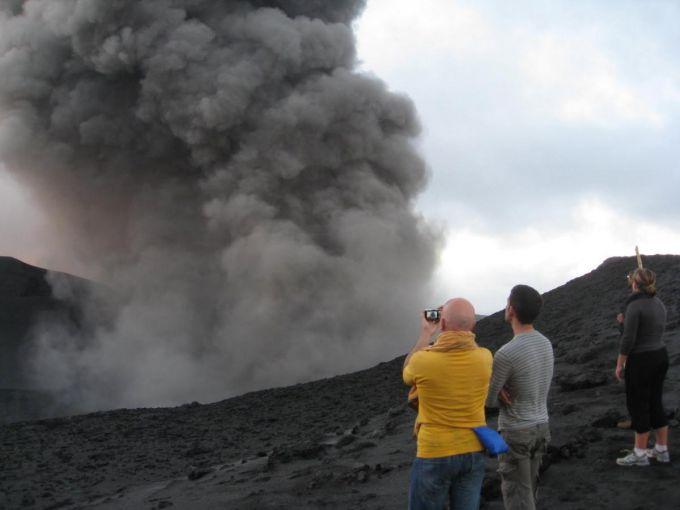 Вулкан Ясур вистрілює лавою в туристів (ВІДЕО)