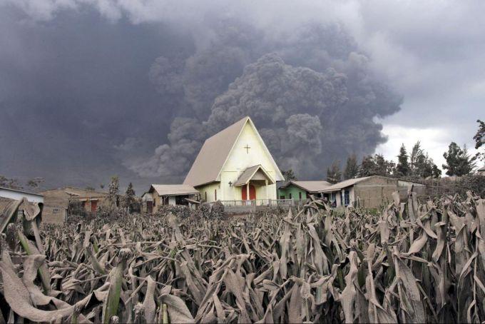 Землетрус спровокував виверження вулкана в Індонезії (ВІДЕО)