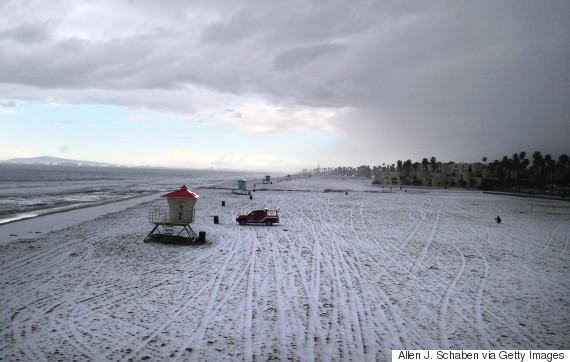 У США пляжі Каліфорнії вкрило снігом і льодом