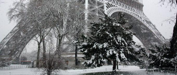У Парижі через негоду закрили Ейфелеву вежу