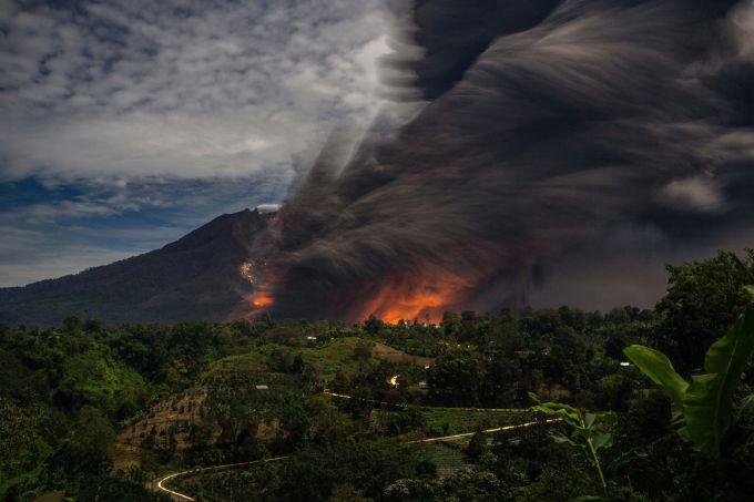 Індонезійський вулкан Синабунг зруйнував село (ВІДЕО)