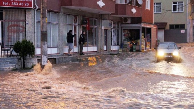 Турецький Ізмір накрила повінь: по вулицях плавали люди і машини (ВІДЕО)
