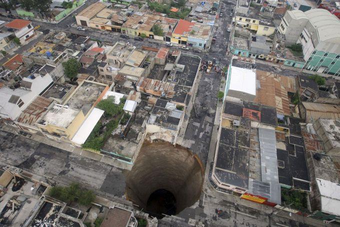 У центрі Оттави стався гігантський провал у землі (ВІДЕО)