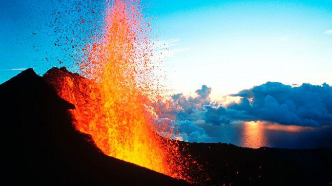 Знаменитий вулкан Пітон-де-ла-Фурнез прокидається