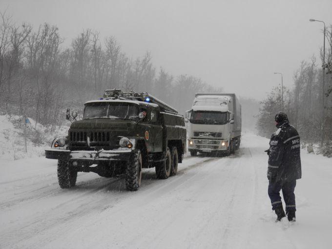 Снігові лавини на Закарпатті заблокували дороги